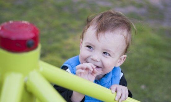Aire de jeux enfant : Avantages et critères de choix !